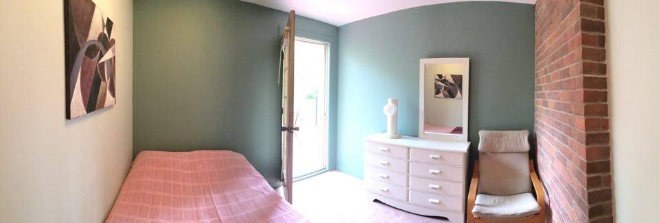 Chambre avec lit double, cadre, miroir, commode, tapis - 2020